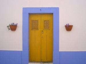 /amarela é porta e a casa com risca azul