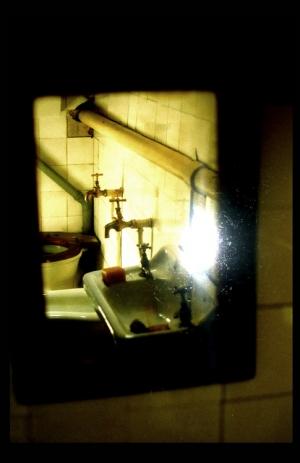 /III. através de um espelho