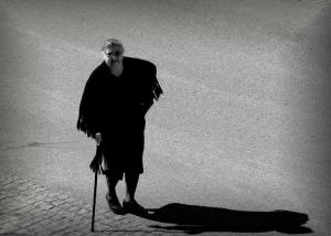 / Um passo atrás da sombra