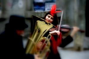 /A violonista de pena  vermelha
