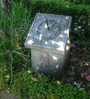 Outros/Panoias: marco miliário com moderno relógio de sol