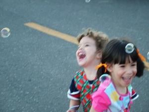 /Felicidade são bolhas de sabão flutuando no ar