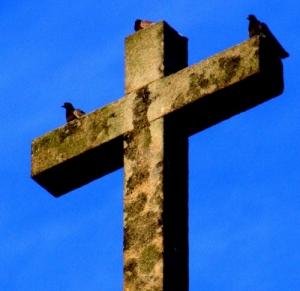 /1 cruz, e 3 pombas