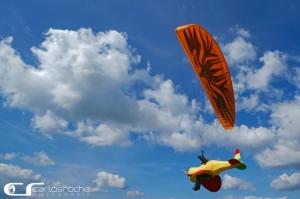 Espetáculos/Um avião com parapente...