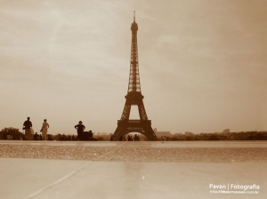 Gentes e Locais/At the foot of Eiffel Tower | Paris