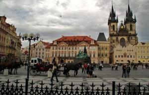 Outros/na praça da cidade velha