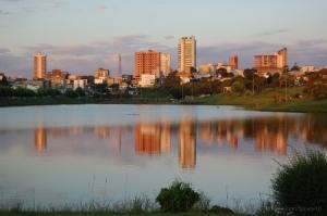 Paisagem Urbana/Cidade e lago