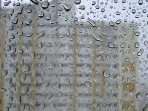 /E lá fora chove...