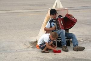 Gentes e Locais/A Darem-nos Música