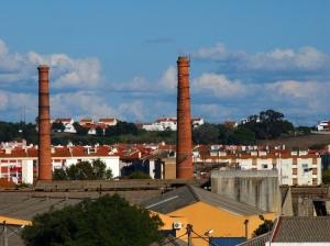 Paisagem Urbana/(MOITA, PORTUGAL)As duas torres/velhas chaminés