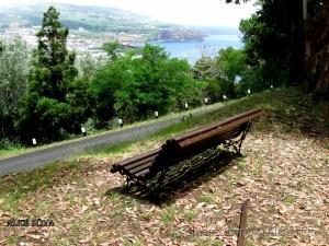 /Sentada neste banco se avista a linda cidade de An