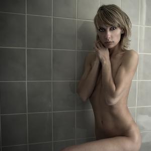 /A sala de banho cinzento