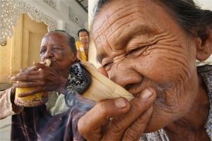 /Velinhas fumando charrutos em Bagan - Burma