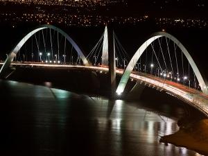/Ponte JK à noite