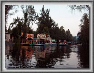 /Trajineras en los canales de Xochimilco