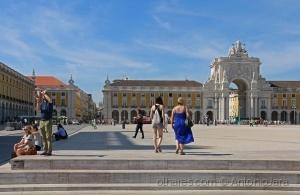 /Turistas na Praça do Comércio (Lisboa)