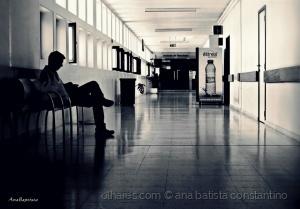 Gentes e Locais/A longa espera num corredor de hospital ...