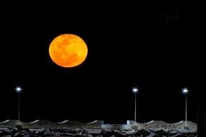 Paisagem Natural/A Lua e o Pier - Marataízes - ES - Brasil