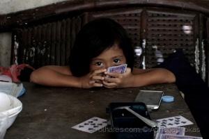 /...a menina que brincava com as cartas...