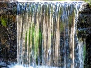 /O colorido da queda de água