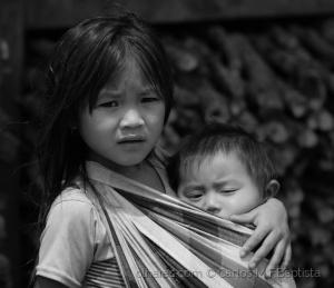Gentes e Locais/Criança carregando o irmão ao colo
