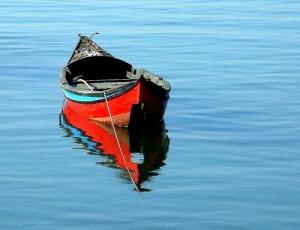 Outros/barco em mar sereno
