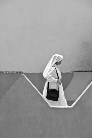 Gentes e Locais/A misteriosa mulher de branco