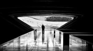 /Entre luz e as trevas da solidão...