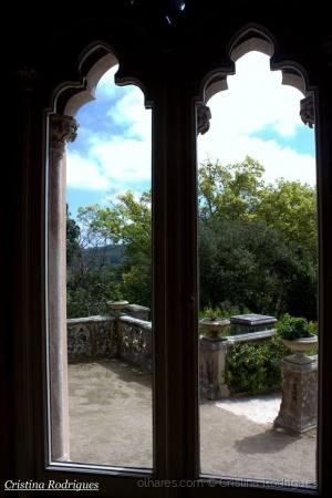 /A mesma janela, dois tons de azul no céu...