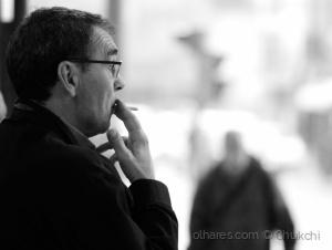 Gentes e Locais/Um pensativo cigarro