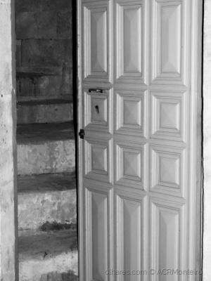 /Entra e sobe as escadas.