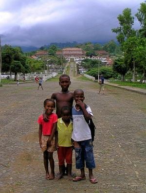 Gentes e Locais/Crianças da fazenda Agostinho Neto, São Tomé.
