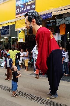 Gentes e Locais/O menino frente ao gigantismo político