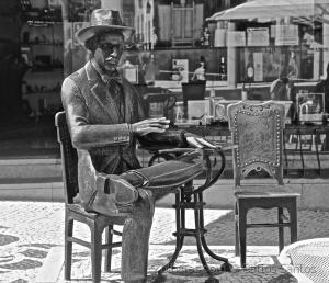 /Estátua de Fernando Pessoa no Chiado (ler sff)