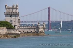 /A Torre de Belém, o rio Tejo e a Ponte