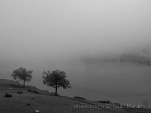 /Á beira do lago