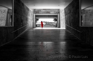 Gentes e Locais/Woman in red...