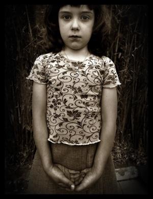 Retratos/Menina em fundo de bambus