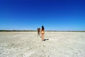 /Nu ao espelho num deserto de sal