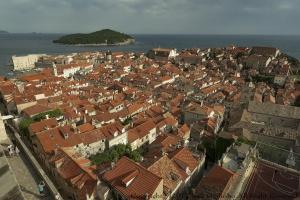 /Telhados de Dubrovnik e ao fundo a ilha de Lokrum