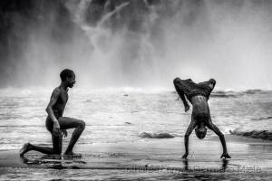 Gentes e Locais/Dançando em baixo das quedas