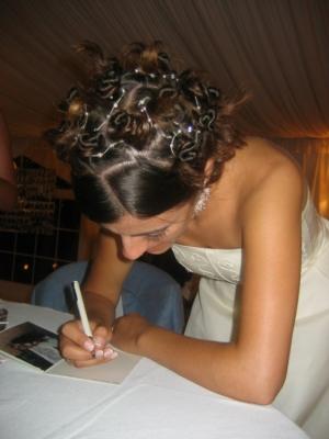/A noiva assina um cartão de oferta