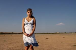 /Filhota sem rede em deserto de sal