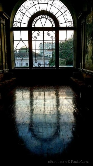 /Uma janela com arte