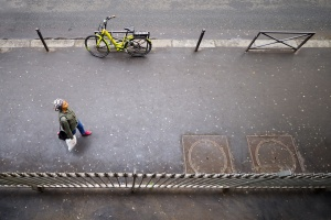 Gentes e Locais/pessoa, bicicleta amarela e pintinhas no chão