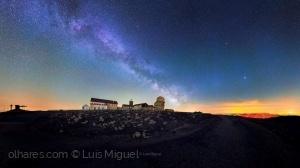 /A Via Láctea cruzando o céu na Torre.
