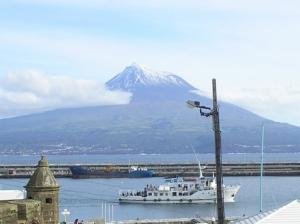 /Vista do Pico com o cruzeiro das ilhas a entrar