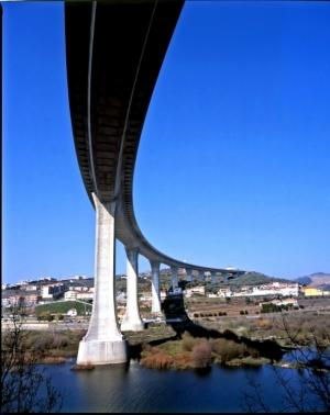 /Ponte Miguel Torga, sobre o Rio Douro, na Régua