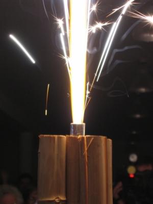 /Um foguete recebe os noivos no restaurante
