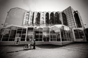 Paisagem Urbana/um edifício, uma bicicleta e 3 candeeiros